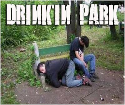 Betrunkene Männer schlafen im Park - lustige Saufbilder