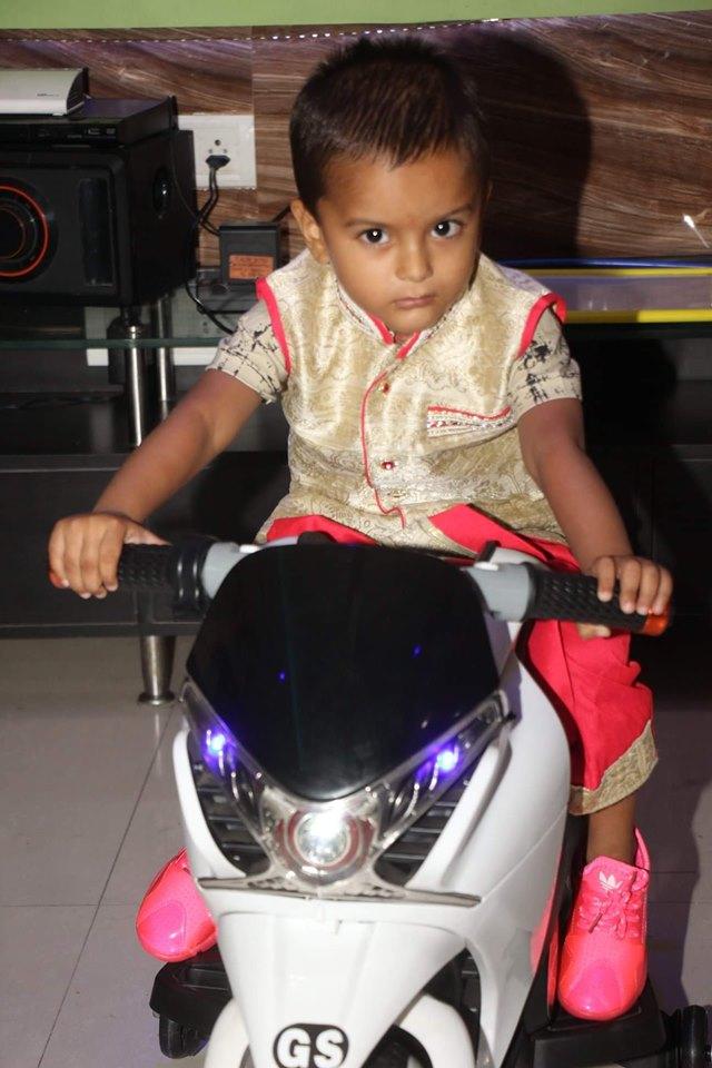 Khesari Lal Yadav Wife Photos, Family Pics, Son (Beta