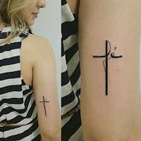 tatuaje pequeño de cruz en el tricep
