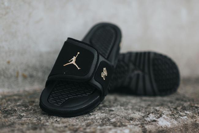 be923bec4d207b Jordan Brand 在今年再度帶來 Air Jordan 10 City Pack,其中的NYC 紐約市配色將以黑金裝扮呈現,此番在涼拖鞋型Jordan  Hydro 2 Premier 基礎上也帶來了同款配色。