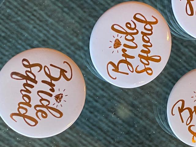 JGA, Bride Squad Buttons, Lifestyle Hochzeit in den Bergen, Zillertal, Tirol, Alpenwelt-Resort, Navy Blue, Blush, Gold, Hochzeitsplanung 4 wedding & events Uschi Glas, Hochzeitsfotografie Marc Gilsdorf Alpenwedding