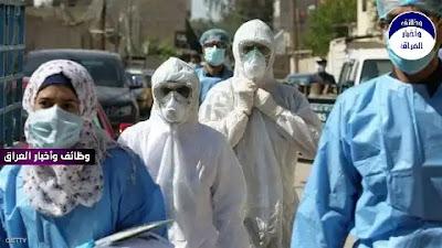 """أصدرت منظمة الصحة العالمية، اليوم الجمعة، تقريرا سنويا يكشف عن تفاصيل صادمة بشأن وباء """"كورونا"""" الذي لا يزال يحصد أرواح البشر حول العالم. وفي التقرير الذي صدر قالت المنظمة، إن """"الأرقام الرسمية التي تظهر عدد الوفيات المرتبطة بشكل مباشر أو غير مباشر بـ""""كوفيد-19""""، """"أقل بشكل كبير"""" من الأرقام الحقيقة على الأرجح""""، مؤكدة أن """"الوفيات الحقيقية قد تكون أعلى 3 مرات من المعلن عنها"""". وفي دراسة ذي صلة نشرتها وكالة """"فرانس برس""""، تبيّن أن نسبة الوفيات بين المصابين بأعراض خطيرة من فيروس """"كورونا"""" في إفريقيا أعلى مقارنة بقارات أخرى لأسباب قد يكون منها نقص مستلزمات الرعاية الضرورية"""". وشدد مجلس الأمن الدولي، في بيان تم تبنّيه بالإجماع، على ضرورة زيادة المساعدات لإفريقيا لتعزيز تصديها لجائحة """"كوفيد-19""""، خصوصا على صعيد اللقاحات""""، معتبرا أن """"حملات التلقيح ضد فيروس كورونا في القارة غير كافية. وقال بروس بيكارد من مستشفى غرون شور وجامعة كايب تاون في بيان """"دراستنا هي الأولى من نوعها التي تعطي صورة مفصلة وشاملة لما يحدث للأشخاص المصابين بأعراض شديدة من كوفيد-19 في إفريقيا"""". وأضاف بيكارد الذي شارك في البحث: """"مع الأسف يشير ذلك إلى أن قدرتنا على تقديم الرعاية الكافية تعاني من نقص في أسرة العناية الضرورية والموارد المحدودة في وحدات العناية المركزة لدينا"""". وتابعت الدراسة حالات ثلاثة آلاف مريض بكورونا نقلوا إلى وحدات العناية المركزة في عشر دول إفريقية بين مايو/ أيار وديسمبر/ كانون الأول العام الماضي. ونصفهم قضى في غضون 30 يوما من دخولهم المستشفى. وعندما قارن الباحثون البيانات مع دراسة مماثلة من قارات أخرى، وجدوا أن نسبة الوفيات أدنى في مناطق أخرى. في المعدل فإن 31.5 في المئة من المرضى المصابين بأعراض خطيرة يموتون بعد نقلهم لأقسام العناية المشددة في آسيا وأوروبا والأميركيتين، فيما يموت 48.2 في المئة في دول أفريقية."""