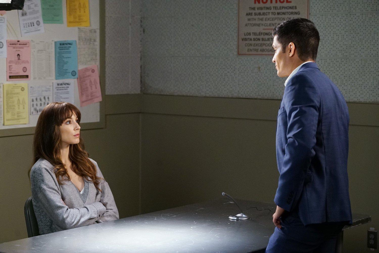 Spencer siendo interrogada como sospechosa por el asesinato del Dr. Collins