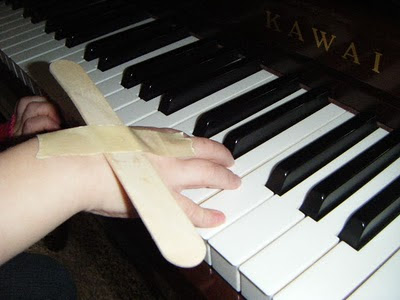New Tool for Teaching Wrist Movements in Piano Lessons, Teaching wrist rotation in piano with a tongue depressor