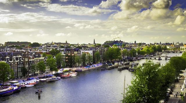 Mergulhe no rio Amstel em Amsterdã no verão