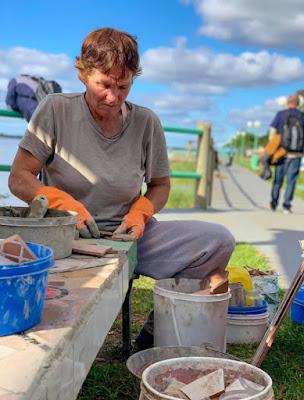 El trabajo de María Helga Skogen embelleciendo la costanera de Itatí