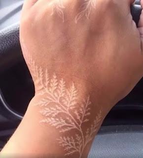 tatuaje blanco en la mano