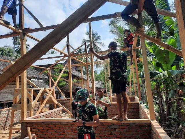 Satgas TMMD 112 Bersama Warga Siapkan Kerangka Atap Rumah