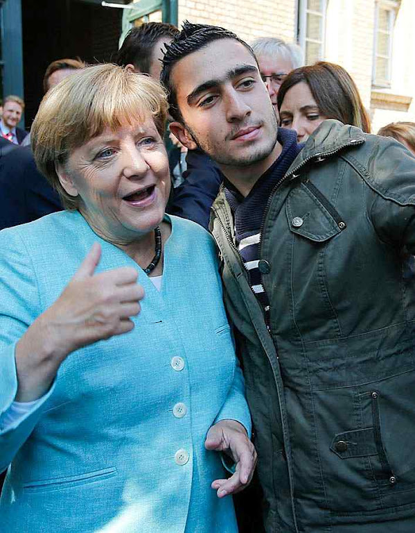 Chanceler alemã Angela Merdel tira selfie com imigrante. A entrada maciça de migrantes pode mudar a sociedade alemã para sempre