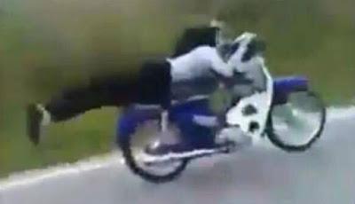 Aksi ekstrem wanita berhijab di atas motor