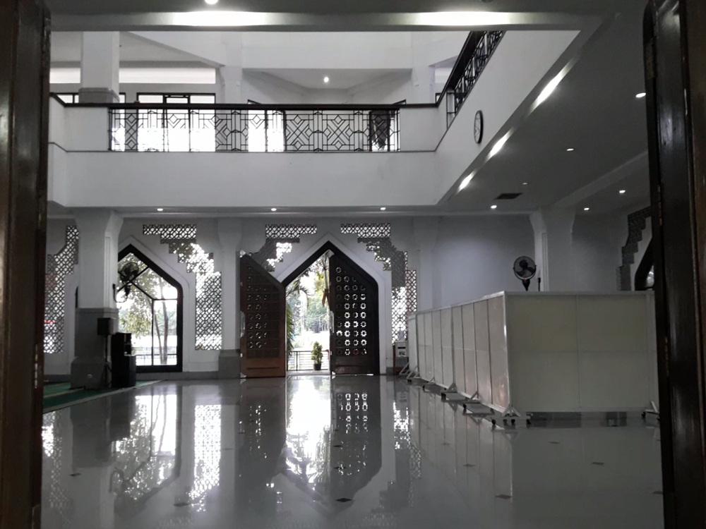 Ruang utama Masjid Baiturrozaq SIER Surabaya