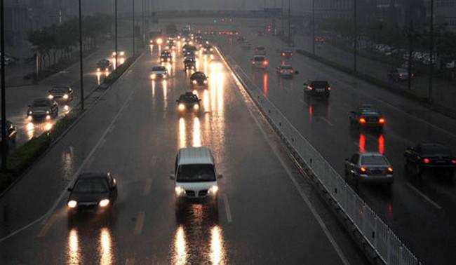Tips Mengemudikan Mobil Saat Turun Hujan Deras Tips Terbaik Cara Mengemudi Mobil Saat Hujan Deras Agar Aman dan Nyaman