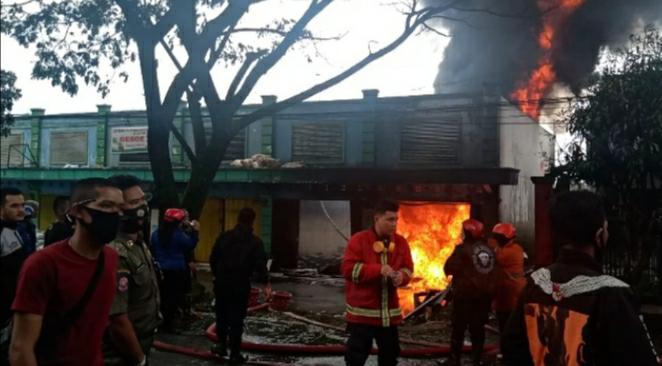 Sebuah Ruko Dan Tempat Penyimpanan BBM Ilegal Di Cibeber Hangus Terbakar