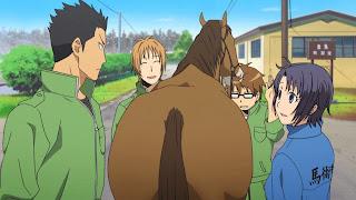Koń gryzie włosy Hachikena podczas rozmowy z kolegami z liceum rolniczego