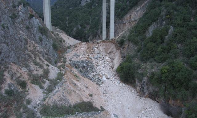 Εικόνες σοκ από την γέφυρα Κρυσταλλοπηγής Παραμυθιάς της Εγνατίας Οδού - Οι κατολισθήσεις «γυμνώνουν» την μια βάση