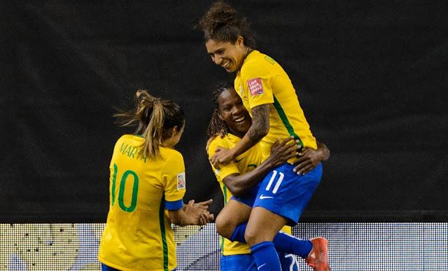 Jogadoras da seleção do Brasil de futebol feminino comemoram gol