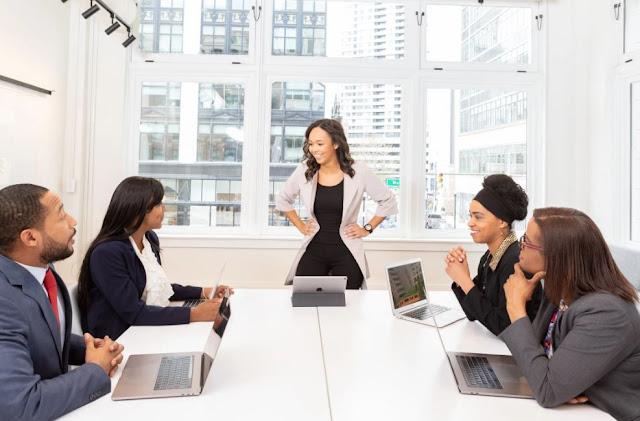 Menyewa Pembicara yang Sukses untuk Acara Tim Anda