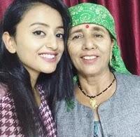 मोनिका चौहान अपनी माँ के साथ