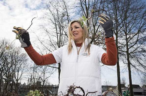National Volunteer day, King Willem-Alexander and Queen Maxima volunteering for NL Doet in the neighborhood garden in Breda