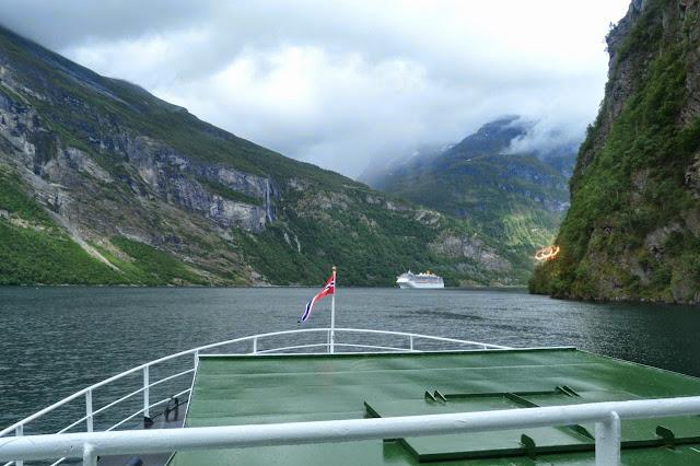 Noorwegen varen door de Geirangerfjord