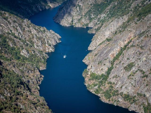 Río entre altas paredes con barco