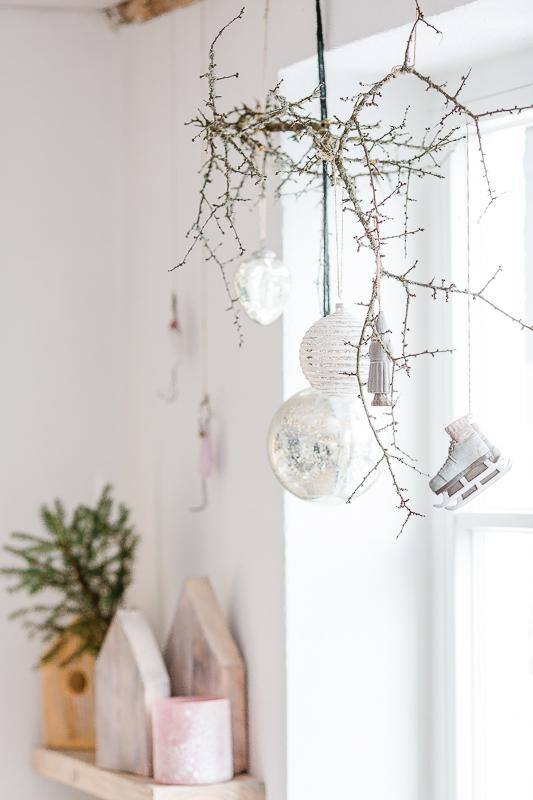 Weihnachtsdekoration mit Schlehenzweig und Kugeln, DIY Idee für Weihnachten, Pomponetti