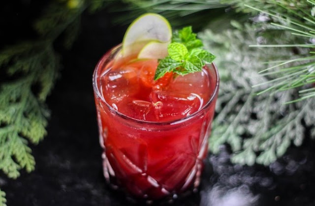 Cranberry Apple Whiskey Cocktail #drinks #cocktails