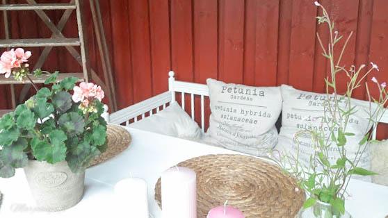 valkoiseksi maalattu pöytä terassilla puupöytä pihakäyttöön