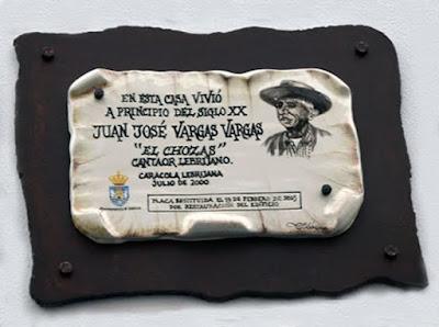 PLACA CONMEMORATIVA EN LA FACHADA DE LA CASA DE LEBRIJA DONDE VIVIÓ EL CHOZAS