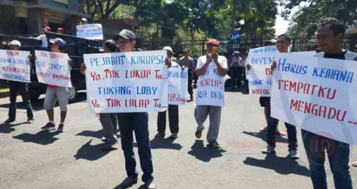 Warga Banjarsari Ngajum Gelar Aksi Damai Tuntut Penyelesaian Penyelewengan Dana Desa
