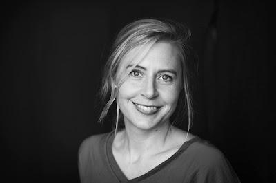 Svartvit porträttbild av Jenny Alm Dahlgren.