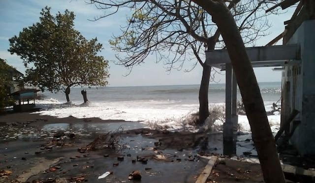 Dampak gelombang tinggi di Pantai Bulurejo