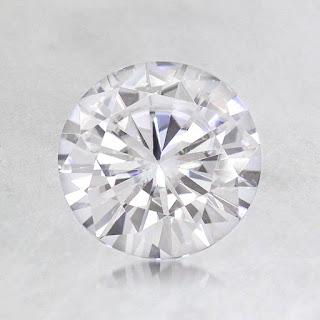 berlian dan Moissanite itu berbeda