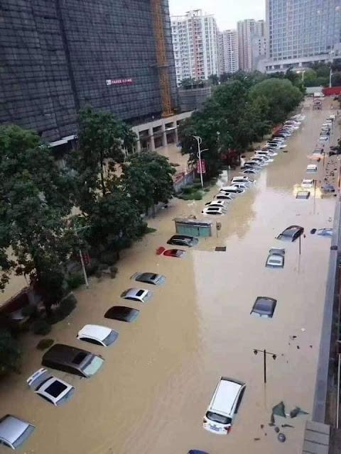Trung Quốc ngập lụt gần đập Tam Hiệp, xe hơi bị nhấn chìm không mở được cửa để thoát...