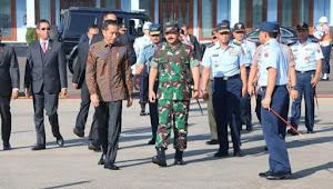 Presiden Jokowi tinjau display EC-725,yang bakal jadi helikopter pengganti