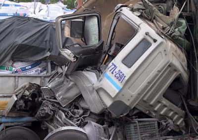 Quảng Ngãi Xe tải húc nhau trên cao tốc, 2 người thương vong
