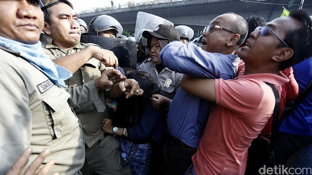 Tahan Satpol PP Bongkar Rawajati, Politisi Gerindra: Saya Wakil Rakyat!