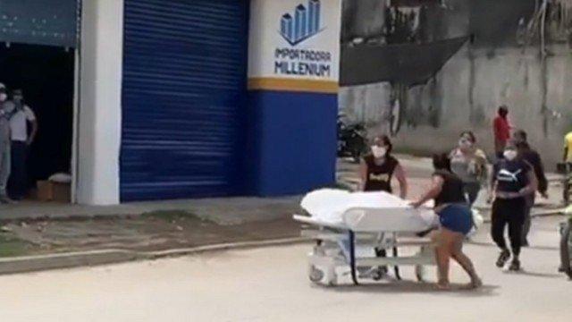 Família quebra porta de hospital e leva corpo de morto por Covid-19 até cemitério; vídeo