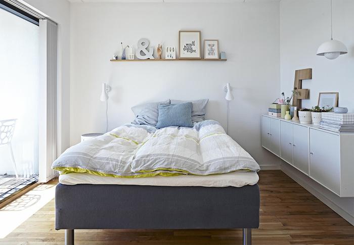 dormitorio nórdico con toques pistacho y madera