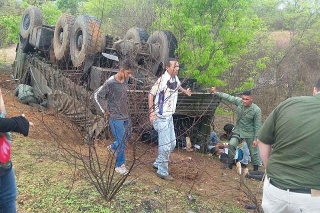 Perrera militar se volcó y dejó 2 muertos y 32 estudiantes heridos