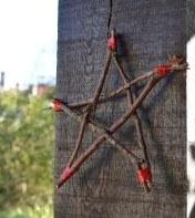 http://www.elenarte.es/2013/11/estrella-de-navidad-hecha-con-ramas.html