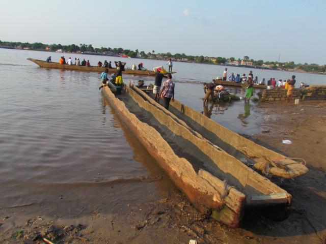 overtocht over de Congo per porique, een kano van een uitgeholde boomstam