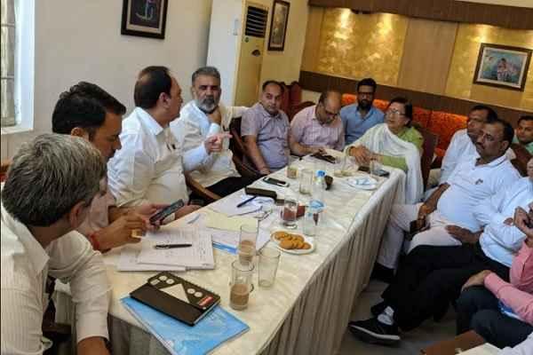 badkhal-mla-seema-trikha-meeting-with-bijli-officers-power-cut-problem