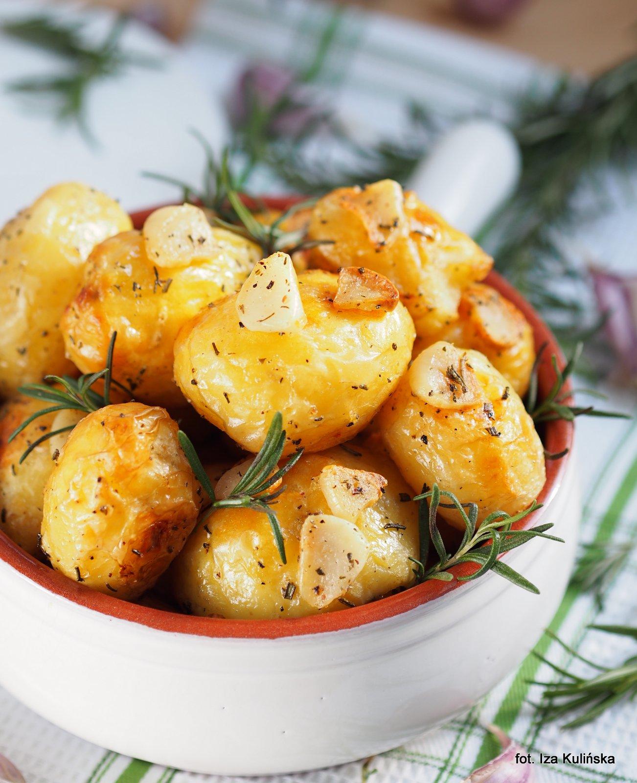 Z piekarnika. Złote kartofelki. Ziemniaki pieczone z czosnkiem i rozmarynem