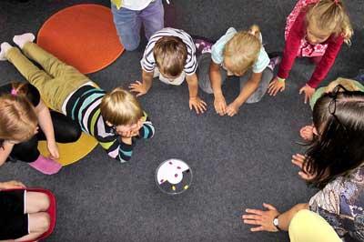 anak menyesuaikan diri; pertama masuk playgroup;