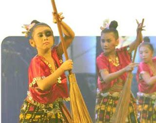 seorang anak perempuan sedang menari