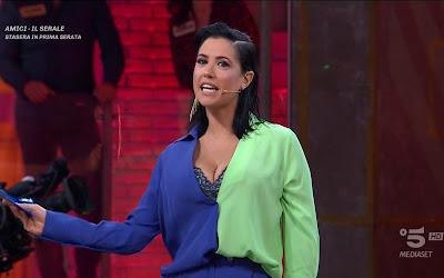 Claudia Ruggeri completo metà colori blu giallo avanti Un Altro 10 aprile