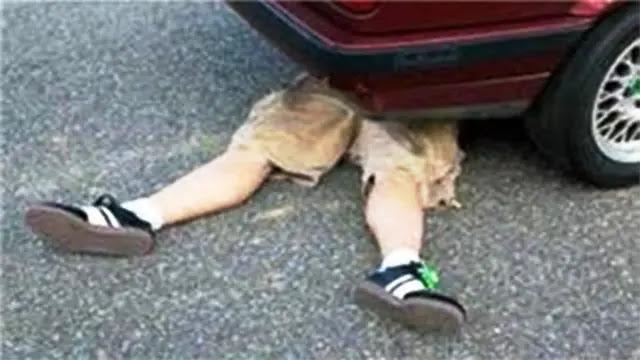 وفاة طفل يبلغ 3 سنوات بسيارة جده عن طريق الخطأ
