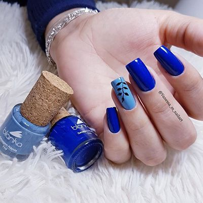 unhas azuis com flores
