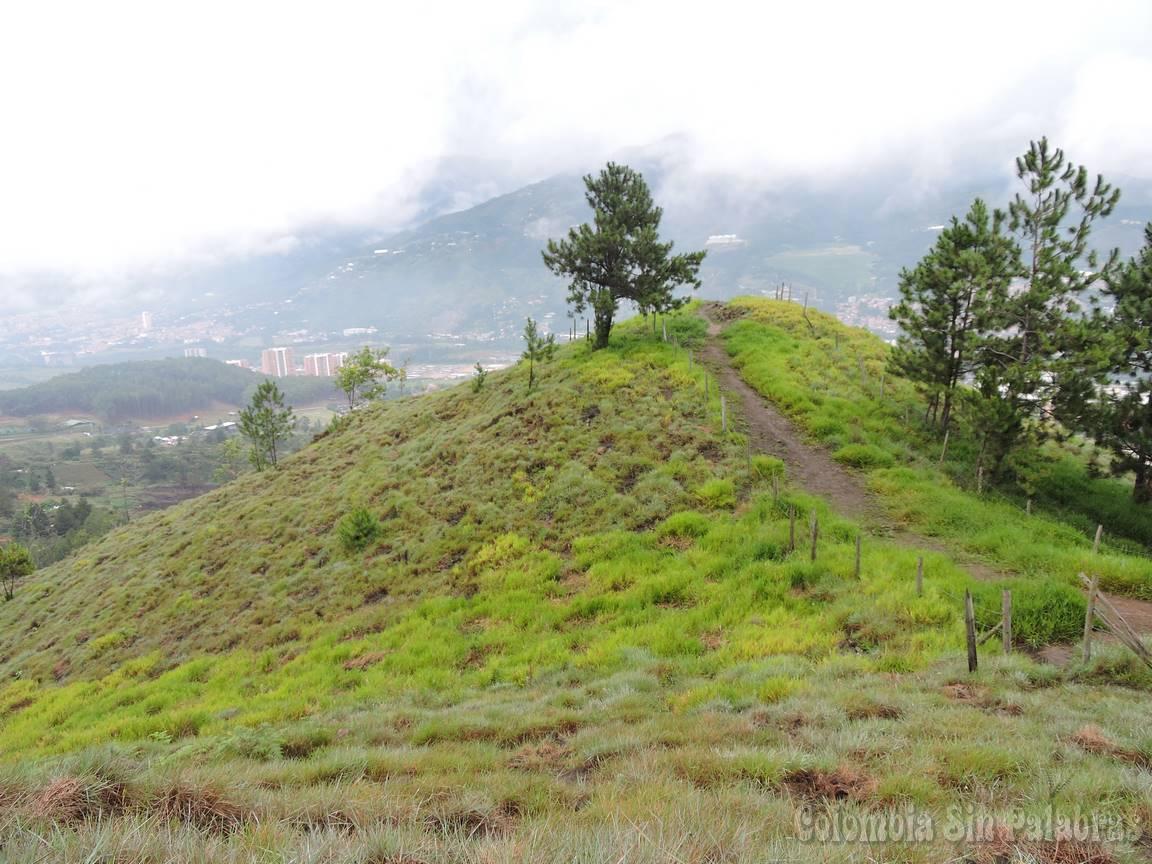 hermoso sendero para subir al cerro quitasol